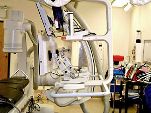 Side view of Modalixx G202MG LCDs and Ampronix mounting model #17AMS2L on ceiling suspended tray in Siemens Bi-Cor cath lab